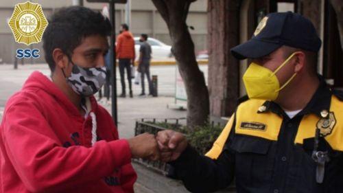 El oficial con el joven que extravió el dinero