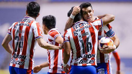 Jugadores de Chivas festejan una diana