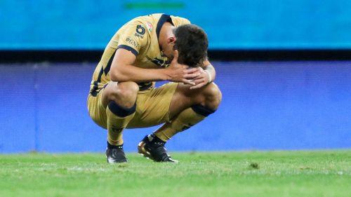 Juan Dinenno se lamenta tras una falla ante Chivas