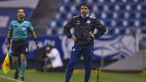Larcamón en el partido con Puebla