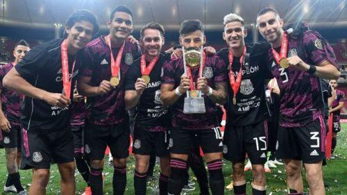 Alexis Vega festejando junto a sus compañeros de Chivas