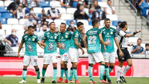Jugadores de León celebran gol vs Rayados