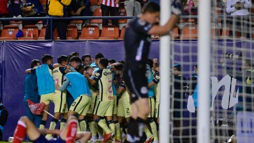 Jugadores del América celebrando agónico gol de Roger