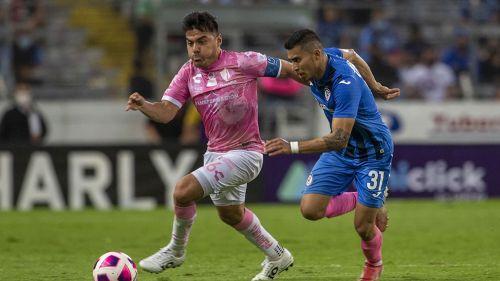 Aldo Rocha disputa el balón con Orbelín Pineda