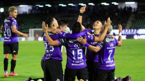Jugadores de Mazatlán celebrando un gol vs Juárez