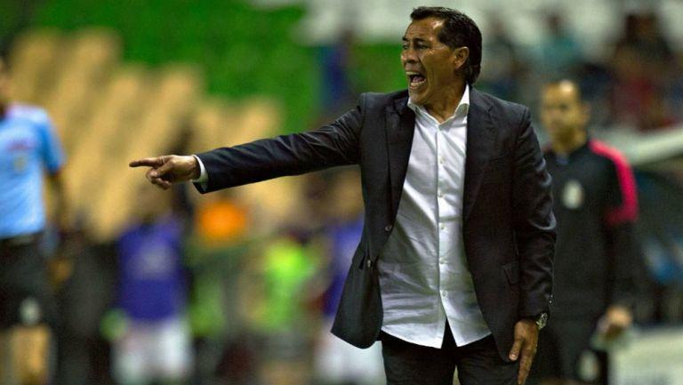 Benjamín Galindo dirigiendo un partido de futbol