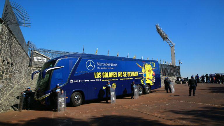 Autobús del América, a las afueras del Estadio Olímpico Universitario