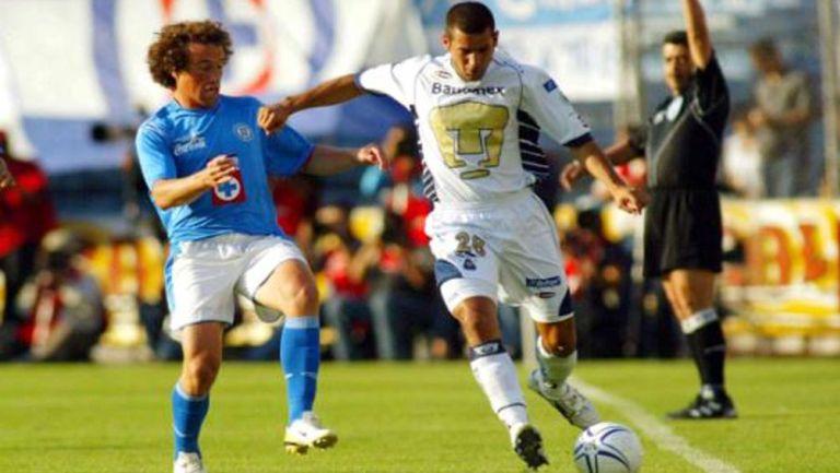 Torrado y Salinas luchan por el balón