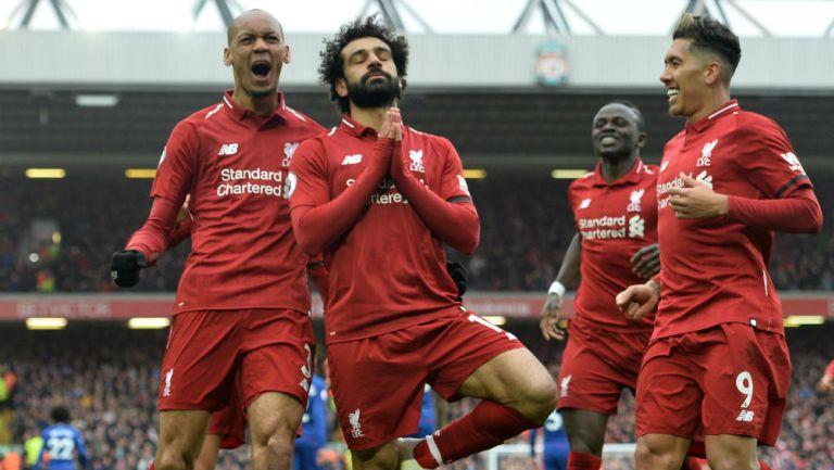 Salah celebra con sus compañeros anotación frente al Chelsea