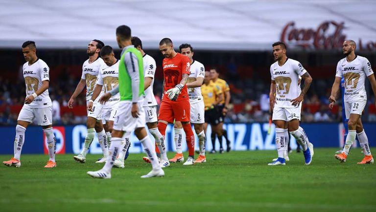 Jugadores de Pumas se lamenta después de un partido