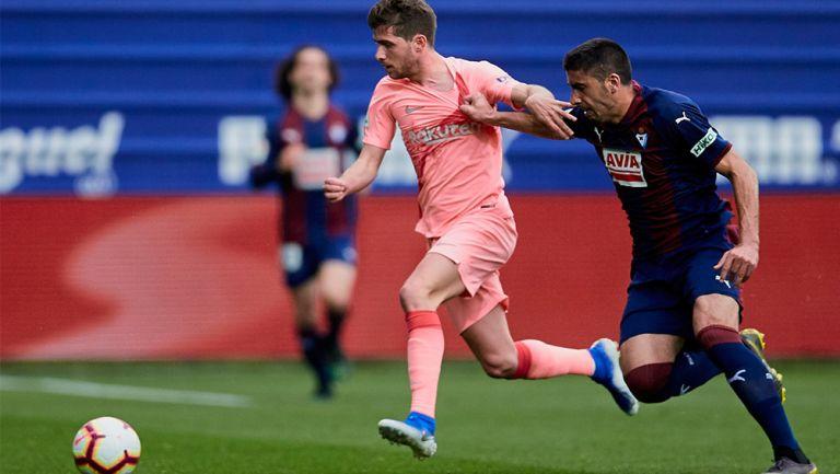 Sergi Roberto en disputa por el balón