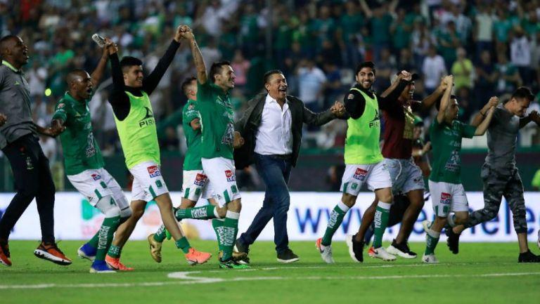 Ambriz y jugadores de León festejan pase a la Final