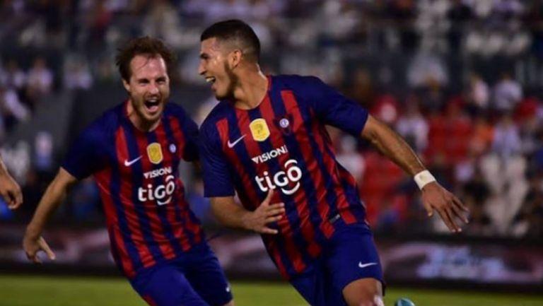 Juan Escobar (DER) festeja un gol con Cerro Porteño