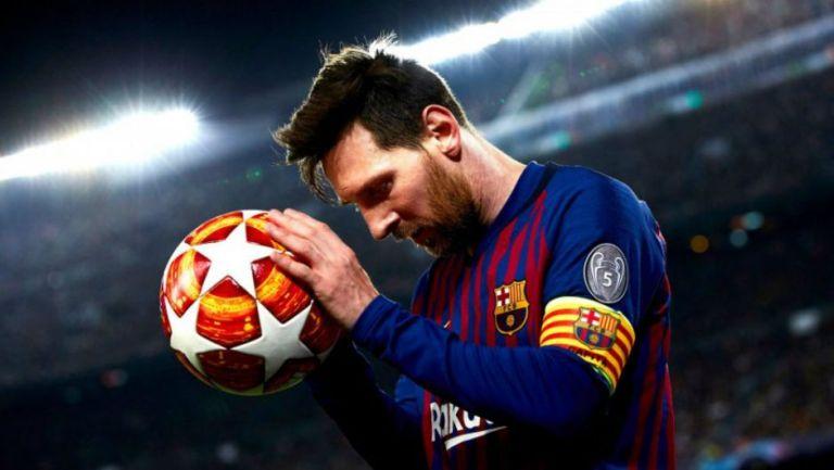 Messi sostiene el balón de la Champíons