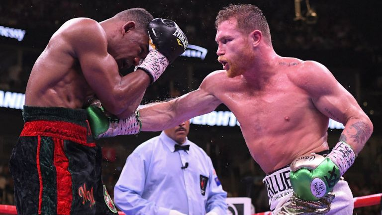 Canelo Álvarez durante un combate contra Daniel Jacobs