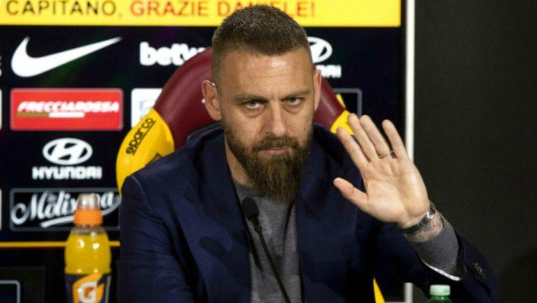 De Rossi durante una conferencia de prensa con la Roma