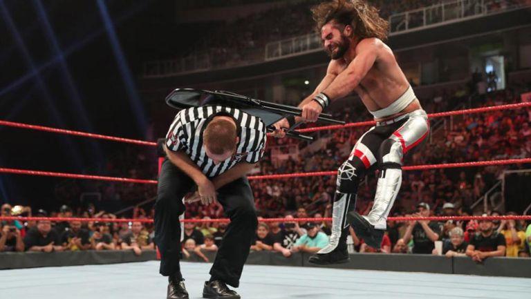 Seth Rollins golpea a Sami Zayn con una silla
