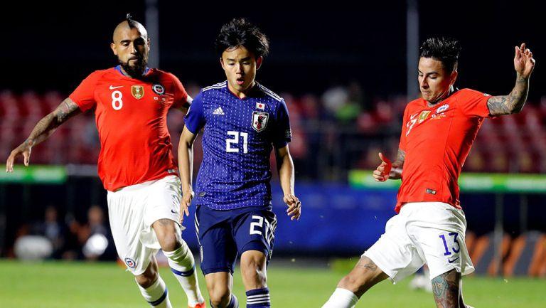 Kubo conduce el balón en juego contra Chile