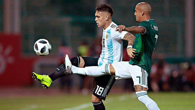 Lautaron Martínez cubre el balón en juego contra México