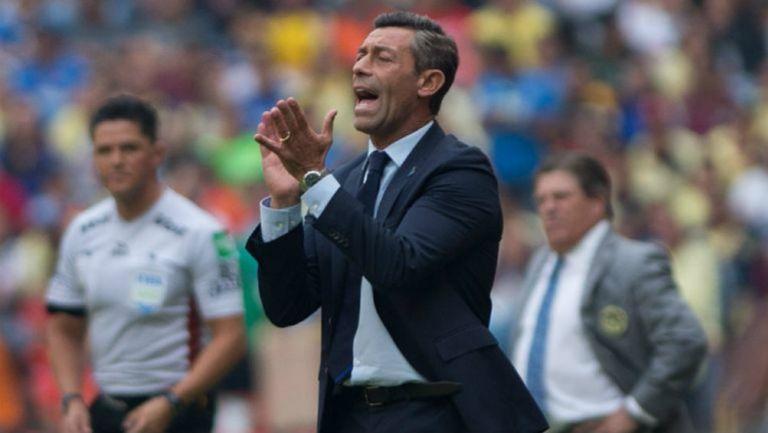 Pedro Caixinha, le exige a sus jugadores en un duelo