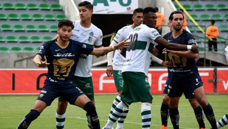 Acción durante un encuentro amistoso entre Atlético Zacatepec y Pumas