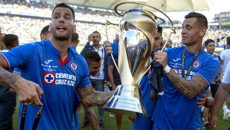 Edgar Méndez y Milton Caraglio celebran con el título de Supercopa MX