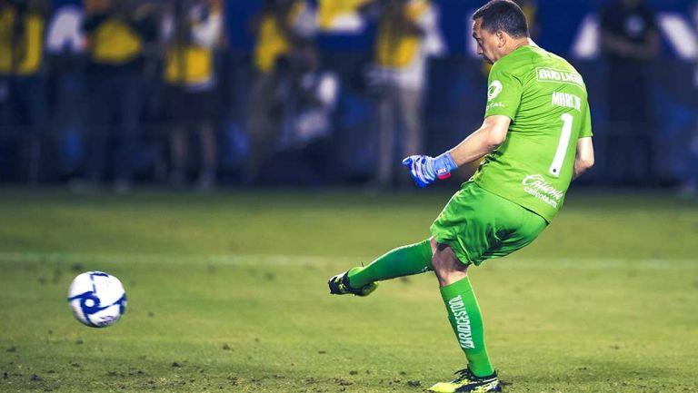 Agustín Marchesín remata con potencia desde el punto de penalti