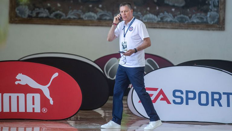 Ricardo Peláez atiende una llamada telefónica
