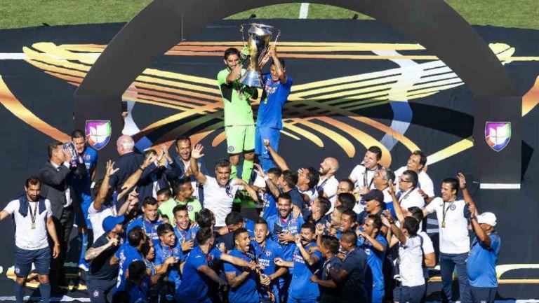 Jugadores de Cruz Azul levantan título de Supercopa MX