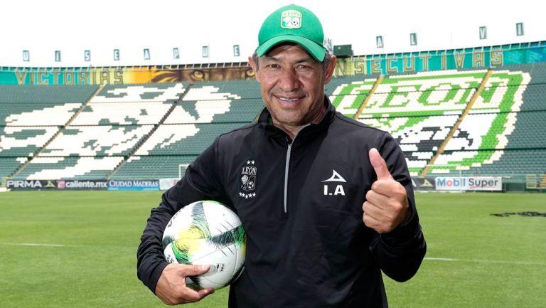 Ignacio Ambríz posa para la lente de RÉCORD en una sesión