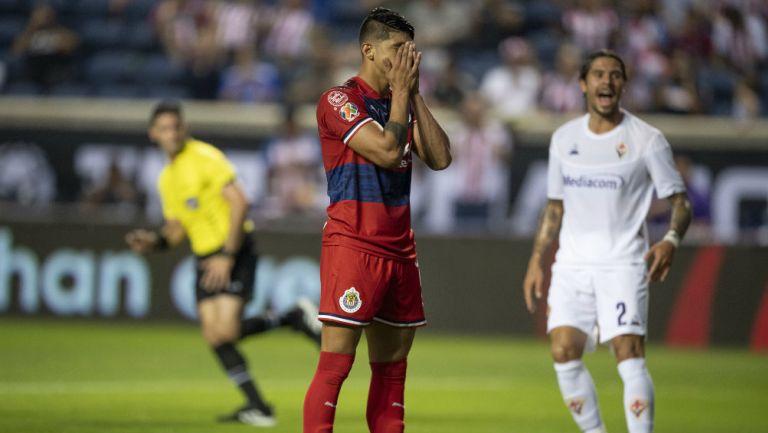 Alan Pulido en lamento tras fallar un penalti ante la Fiorentina