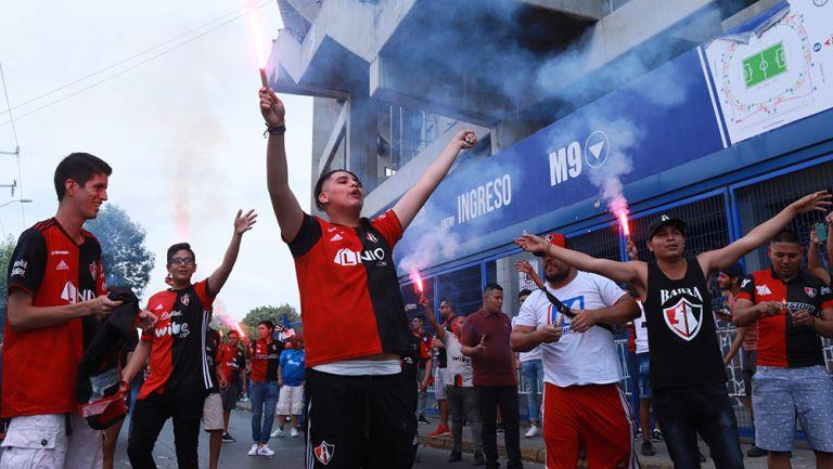 Afición del Atlas en las afueras del Estadio Jalisco