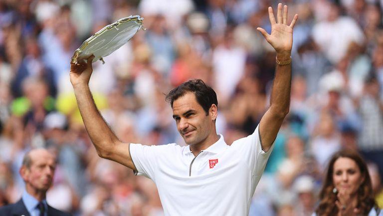 Roger Federer alza el trofeo al segundo lugar de Wimbledon
