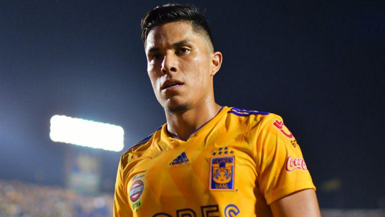 Carlos Salcedo durante un encuentro contra Morelia