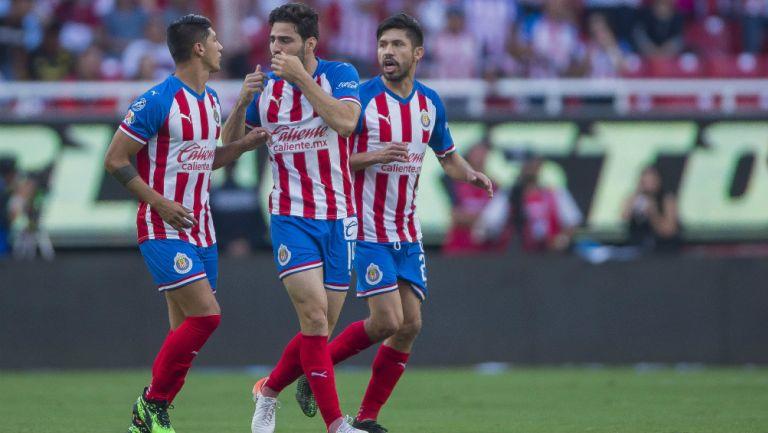 Pollo Briseño festeja un gol con el Rebaño