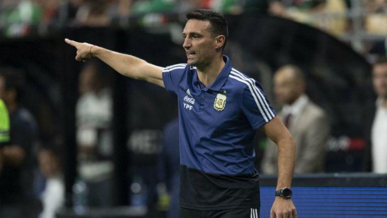 Lionel Scaloni da una señal a sus jugadores en duelo ante el Tri