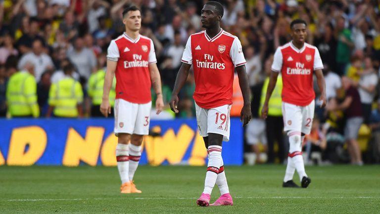 Jugadores de Arsenal, salen cabizbajos del campo