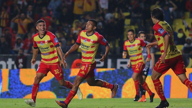 Jugadores de Morelia festejan uno de los goles contra Necaxa
