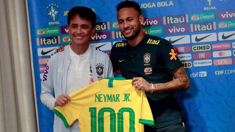 Neymar recibe la playera conmemorativa de sus 100 partidos