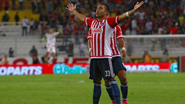 Marco Fabián celebrando una anotación con Chivas