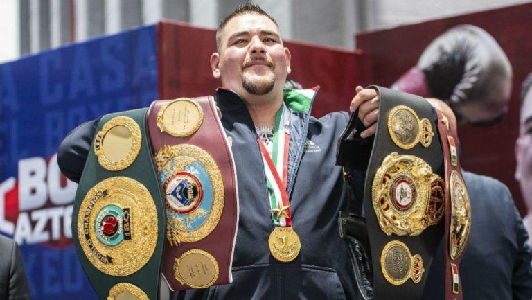 Andy Ruiz presume sus cinturones de peso pesado