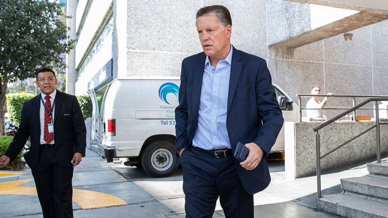 Ricardo Peláez saliendo de una instalación