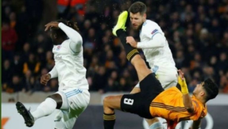 Raúl Jiménez impacta la cabeza de Kenan Bajric