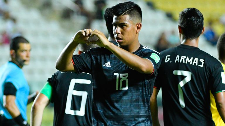 Efraín Álvarez celebra una anotación con el Tri Sub 17