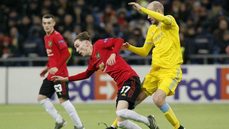James Garner, del United, disputa el balón ante Ivan Mayewski