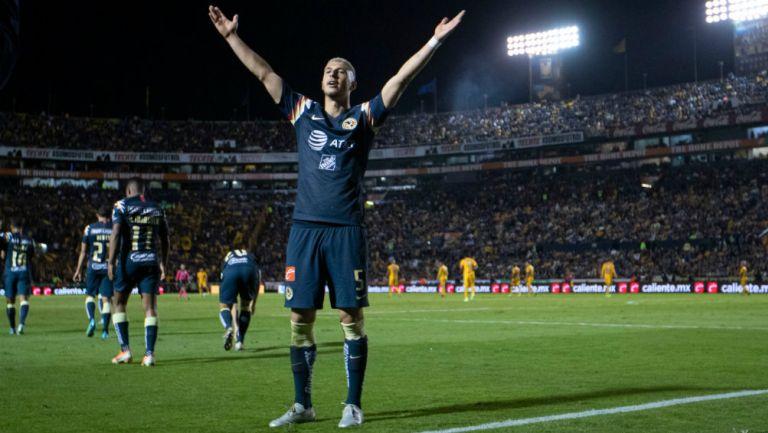 Guido Rodríguez celebrando un gol en el Volcán