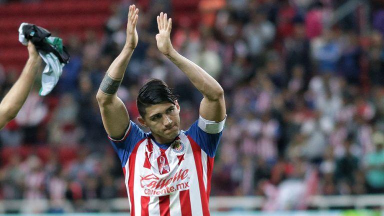 Alan Pulido aplaude a la afición de Chivas