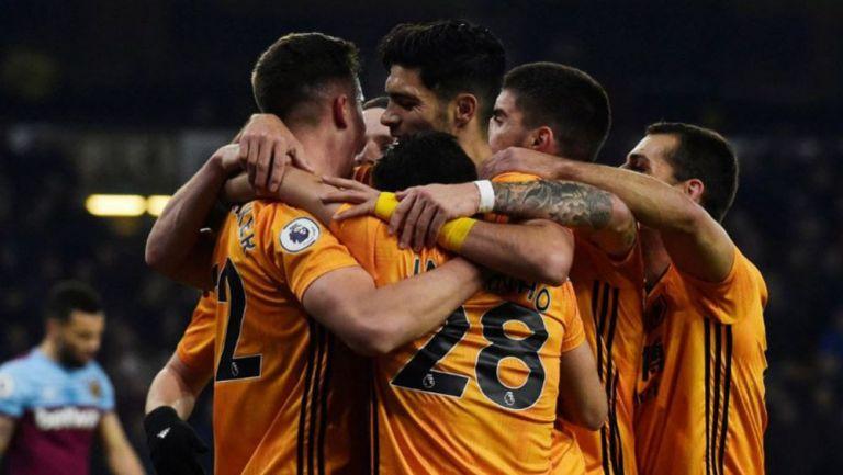 Jugadores de Wolves festejan un gol vs West Ham