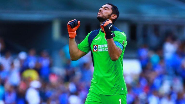Jesús Corona celebra un gol con Cruz Azul