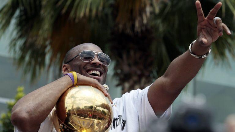 Kobe Bryant con el trofeo de la NBA